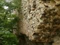 Falazathiány a belső várfal külső részén az udvarnál